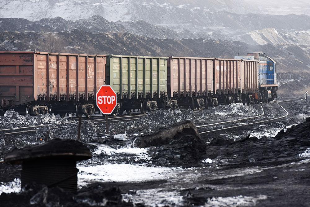 Состав вывозит уголь из карьера. Фото © ТАСС /Колбасов Александр