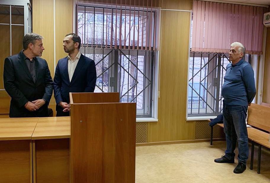 Адвокат Александр Вершинин (справа), обвиняемый в покушении на мошенничество в особо крупном размере. Фото © ТАСС / Пресс-служба Пресненского суда