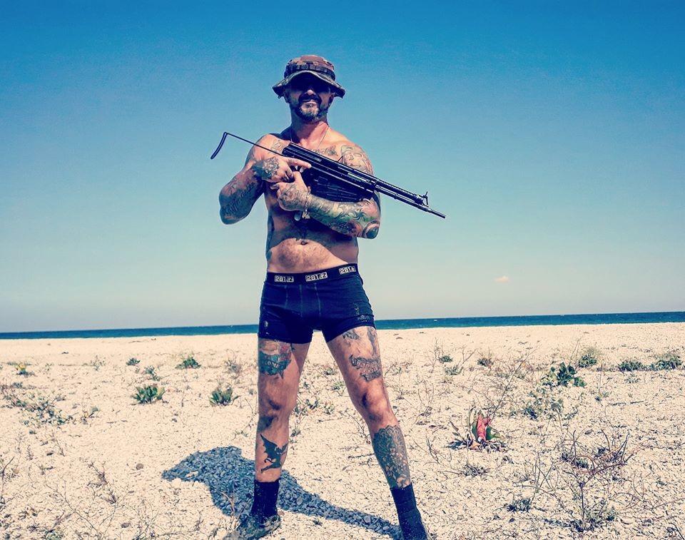Музыкант Антоненко позирует с оружием Фото © Facebook / Андрій Антоненко