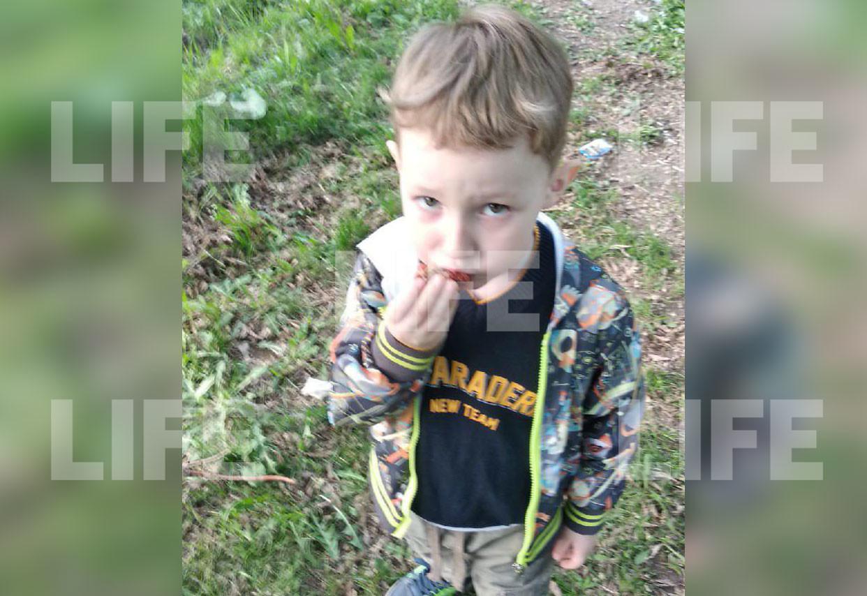 Ребёнок в одежде, в которой был похищен. Фото предоставлено Лайфу матерью похищенного ребёнка.