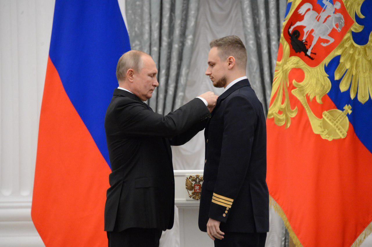 Президент России Владимир Путин и второй пилот А321 Георгий Мурзин. Фото © LIFE