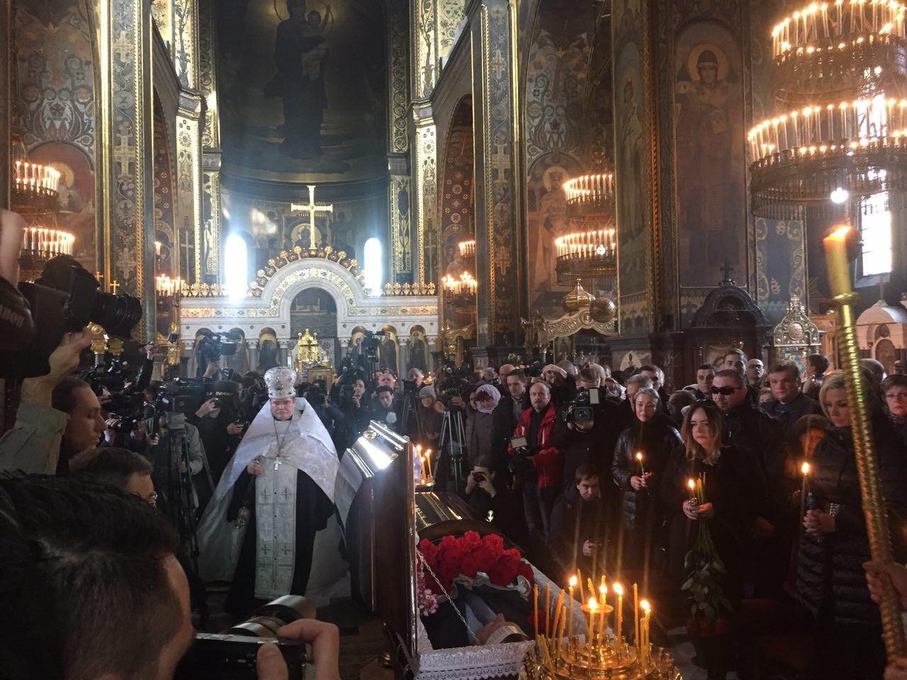 Отпевание проходит внутри Владимирского собора Фото: LIFE