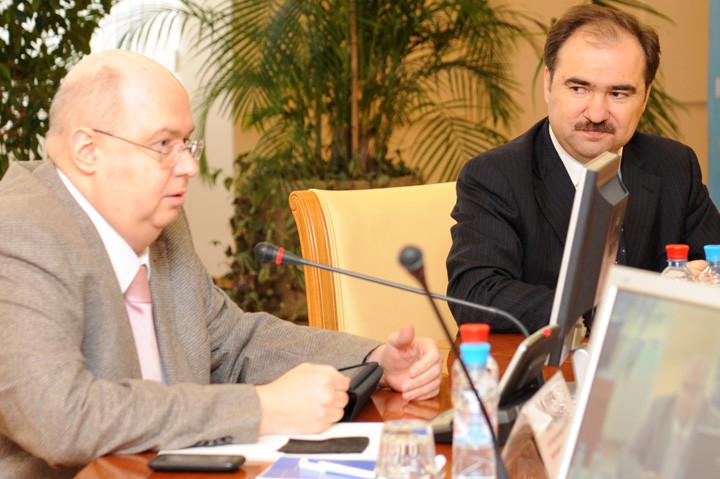 Слева — Юрий Воронин в 2010 году, будучи замминистра здравоохранения и соцразвития. Справа — глава ПФР Антон Дроздов. Фото: © pfrf.ru