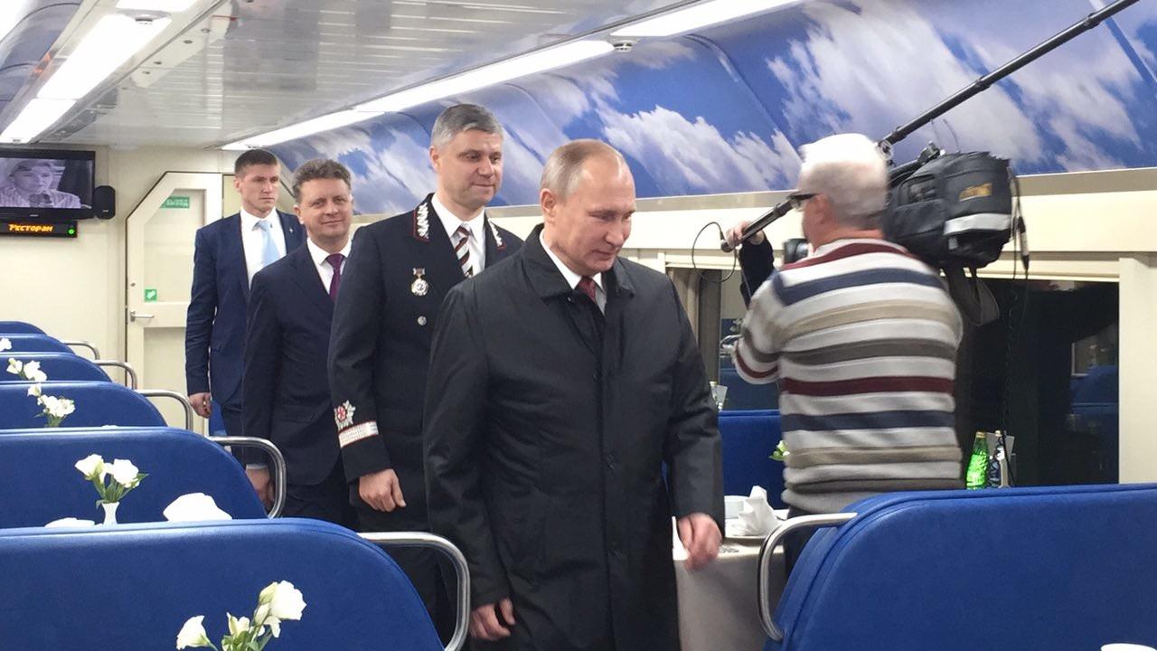 Президент РФ Владимир Путин осматривает вагон-ресторан. Фото: ©L!FE