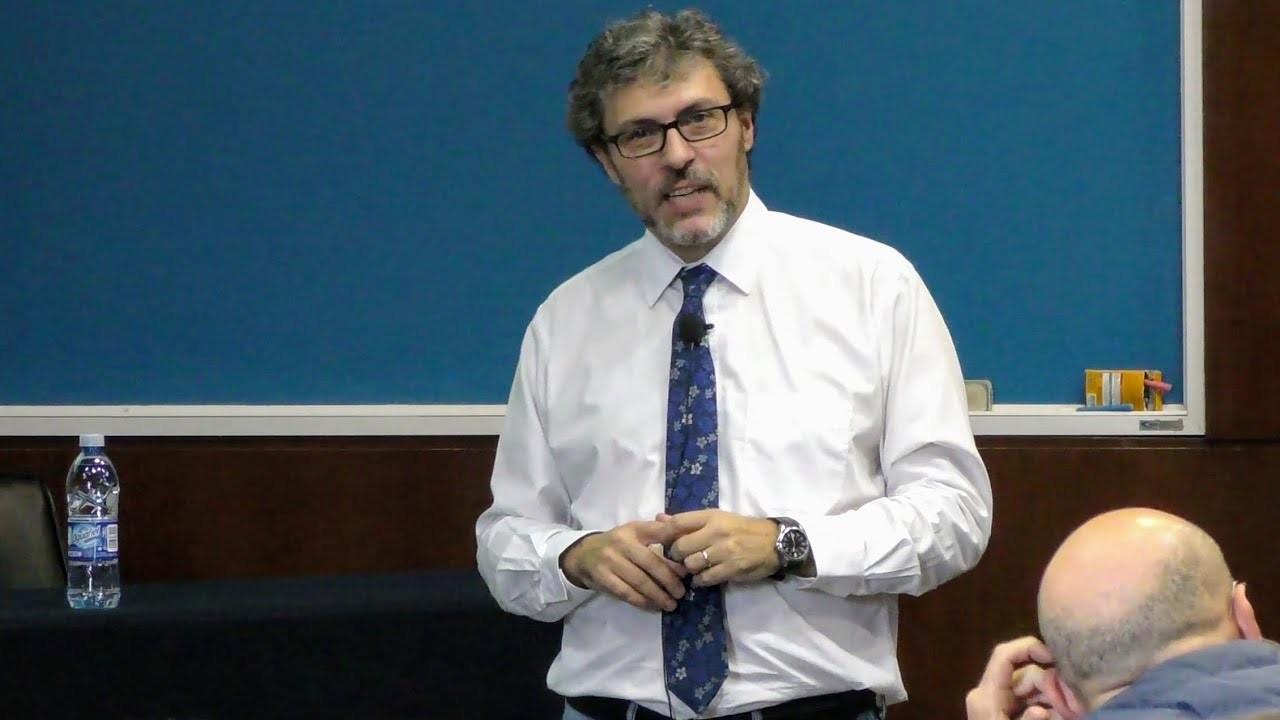 Астрофизик Мигель Алькубьерре. Кадр из видео YouTube / efrain vega
