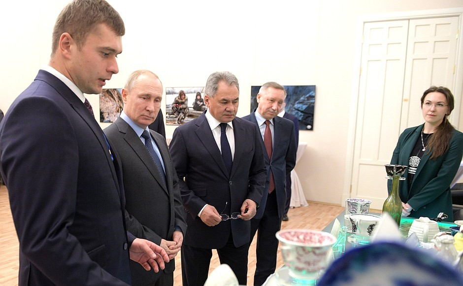 Президент России осматривает выставку фаянсовой посуды, поднятой с затонувшего английского судна XIX века. Фото: © Kremlin.ru
