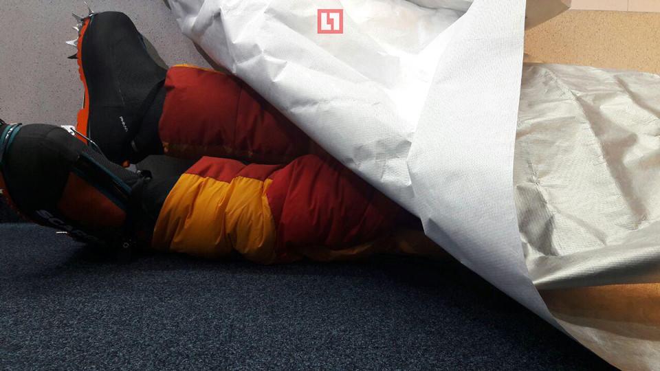 """Манекен альпиниста в специальной форме, накрытый """"вечной тканью"""". Фото: © L!FE"""