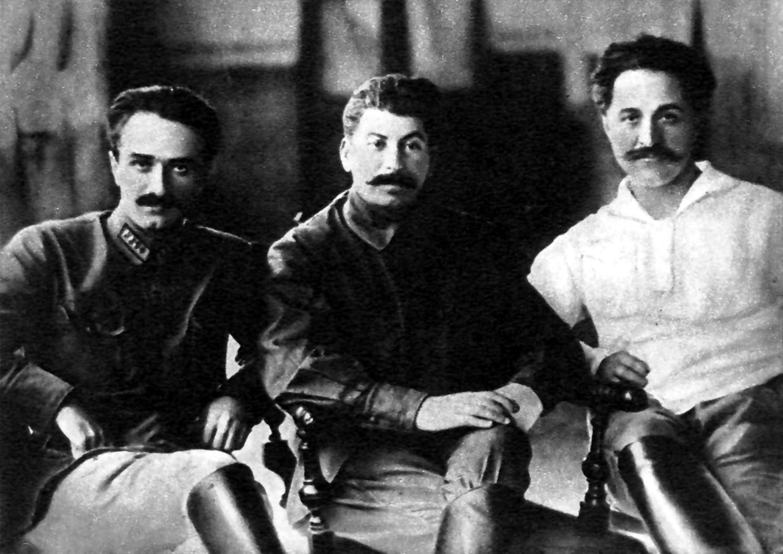 Слева направо: Микоян, Сталин, Орджоникидзе (Тифлис, 1925 год). Фото © Wikipedia