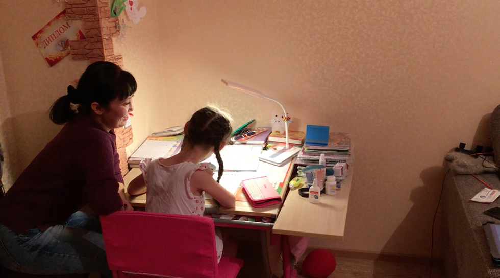 Диана с мамой делает уроки. Фото: © L!FE