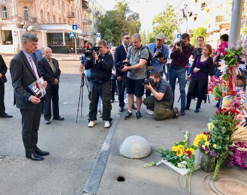 """Поверенный в делах США с табличкой """"Кто убил Павла?"""". Фото © Twitter / U.S. Embassy Kyiv"""