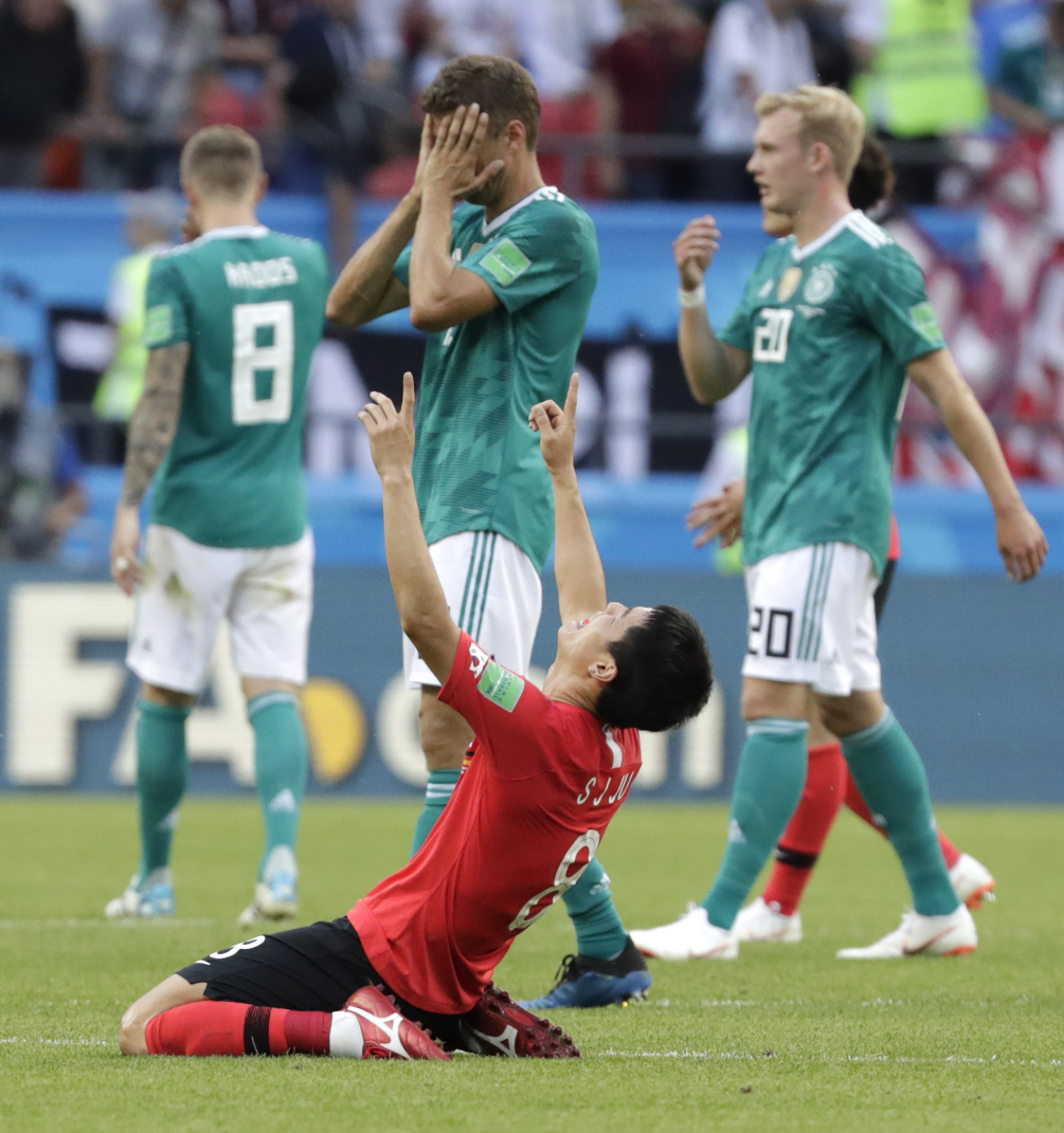 Настоящую сенсацию сотворили игроки Южной Кореи. Они обыграли действующих чемпионов мира со счётом 2:0 и тем самым отправили немцев домой. Зато теперь понятно, что победителем нынешнего турнира будет новая команда. Фото © AP Photo/Lee Jin-man