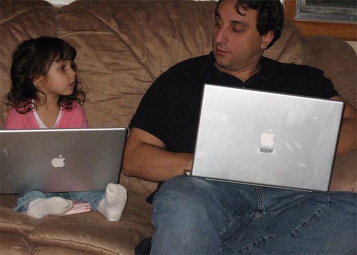 Фото © Reddit / courosa Алек Курос и его дочь в 2007 году