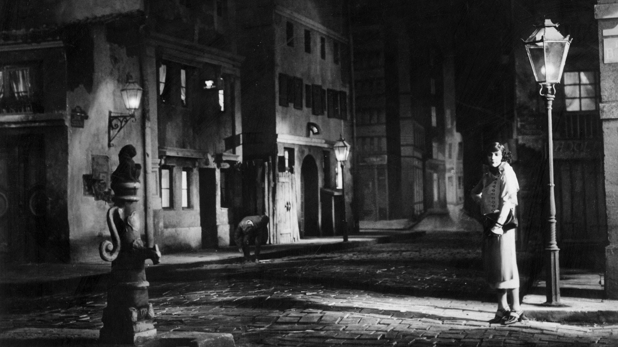 Бланковая второразрядная проститутка поджидает клиентов. Фото © Getty Images / Hulton Archive / Stringer