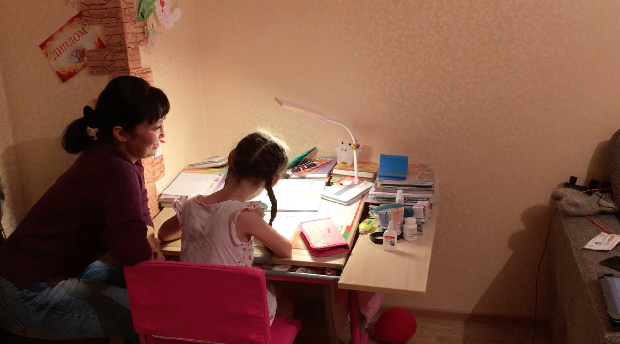 Диана с мамой делает уроки. Фото: © L!FE.