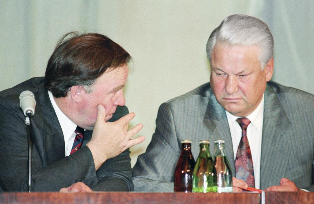 Президент РФ Борис Ельцин (справа) и министр печати и информации Михаил Полторанин во время совещания. Фото © Александра Чумичева / ИТАР-ТАСС