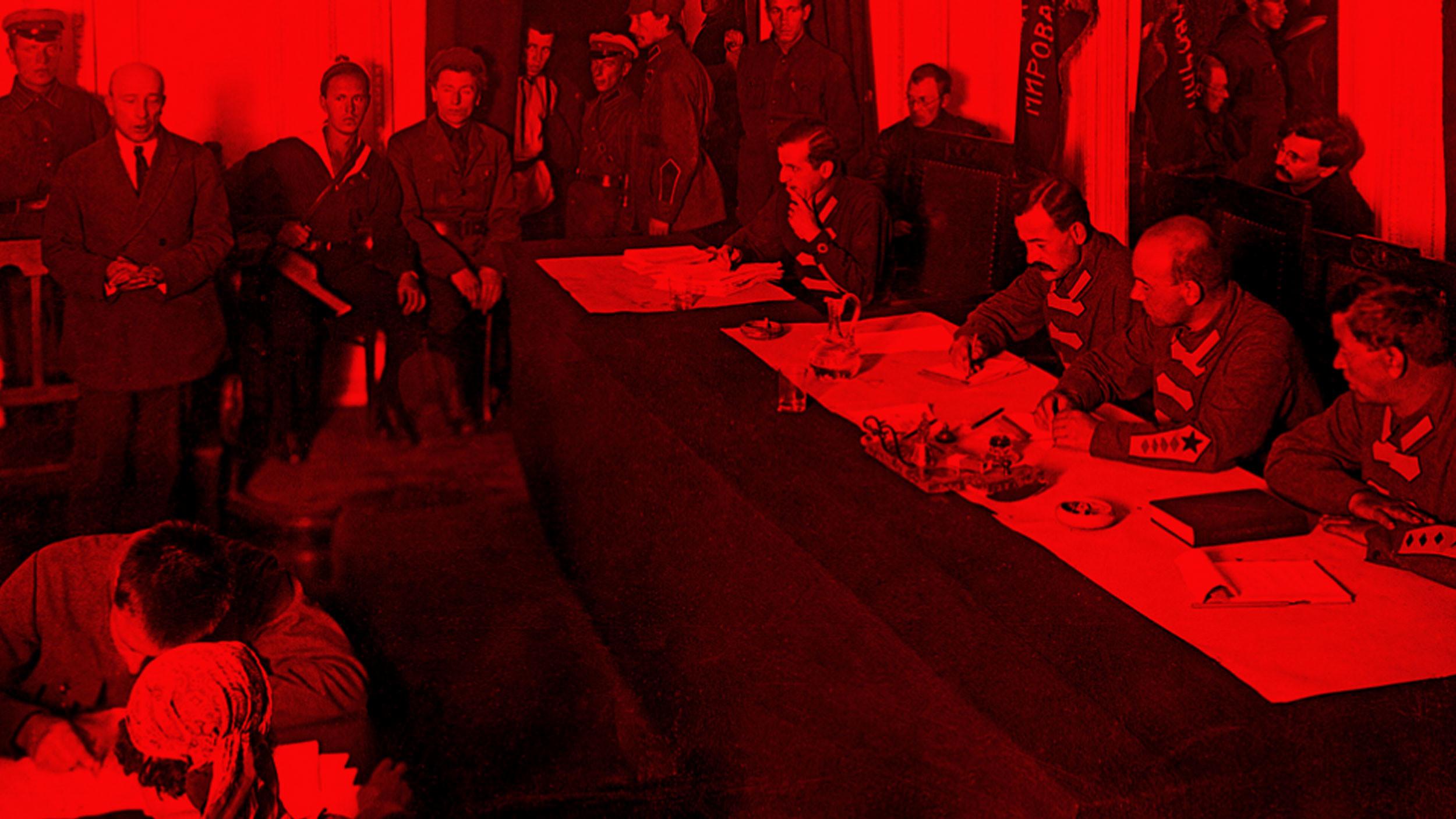 Процесс над Б.В. Савинковым (Савинков стоит слева у стены) 1924 г. Фото © Wikipedia