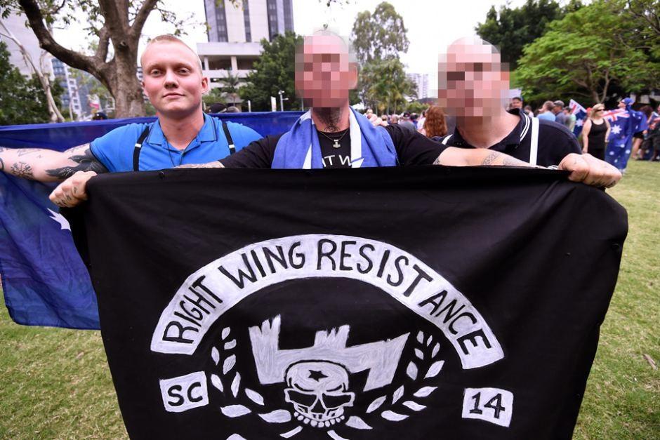 """Итан Тиллинг (слева) с соратниками и флагом """"Сопротивление правого крыла"""". Фото: abc.net.au"""