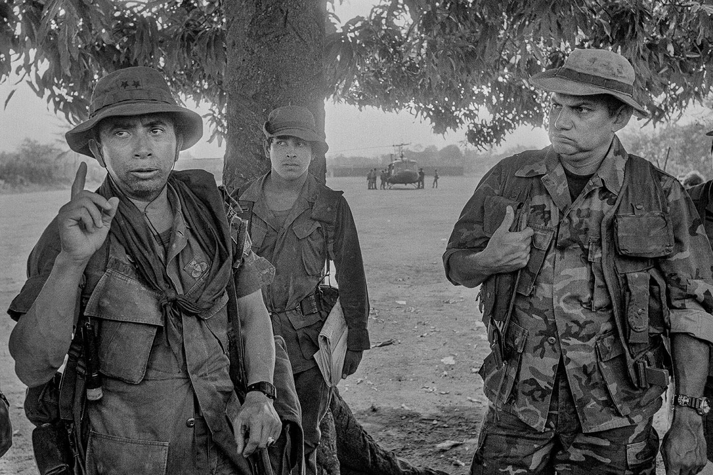 Военный командир подполковник Доминго Монтерроса выступает перед войсками в начале противопартизанской операции, департамент Сан-Мигель, Сальвадор, а подполковник Маурисио Стабен (справа) смотрит на Лас-Мария, Сальвадор, май 1984 года. Фото © Getty Images