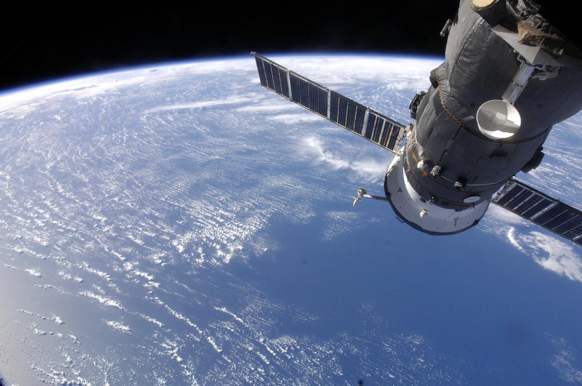 Международная космическая станция на фоне Земли. Фото: © roscosmos.ru