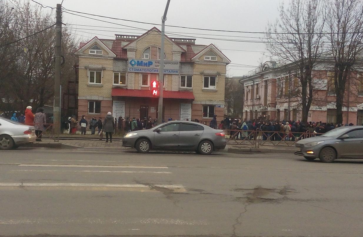 Вид на очередь с противоположной стороны улицы. Фото © Соцсети
