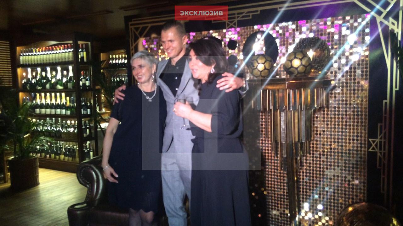 Дмитрий Тарасов с мамами — своей и Анастасии Костенко Фото: L!FE