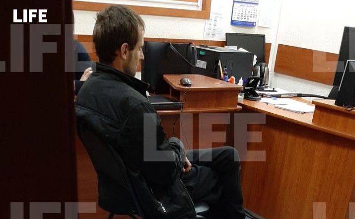 Допрос задержанного Михаила. Фото © LIFE