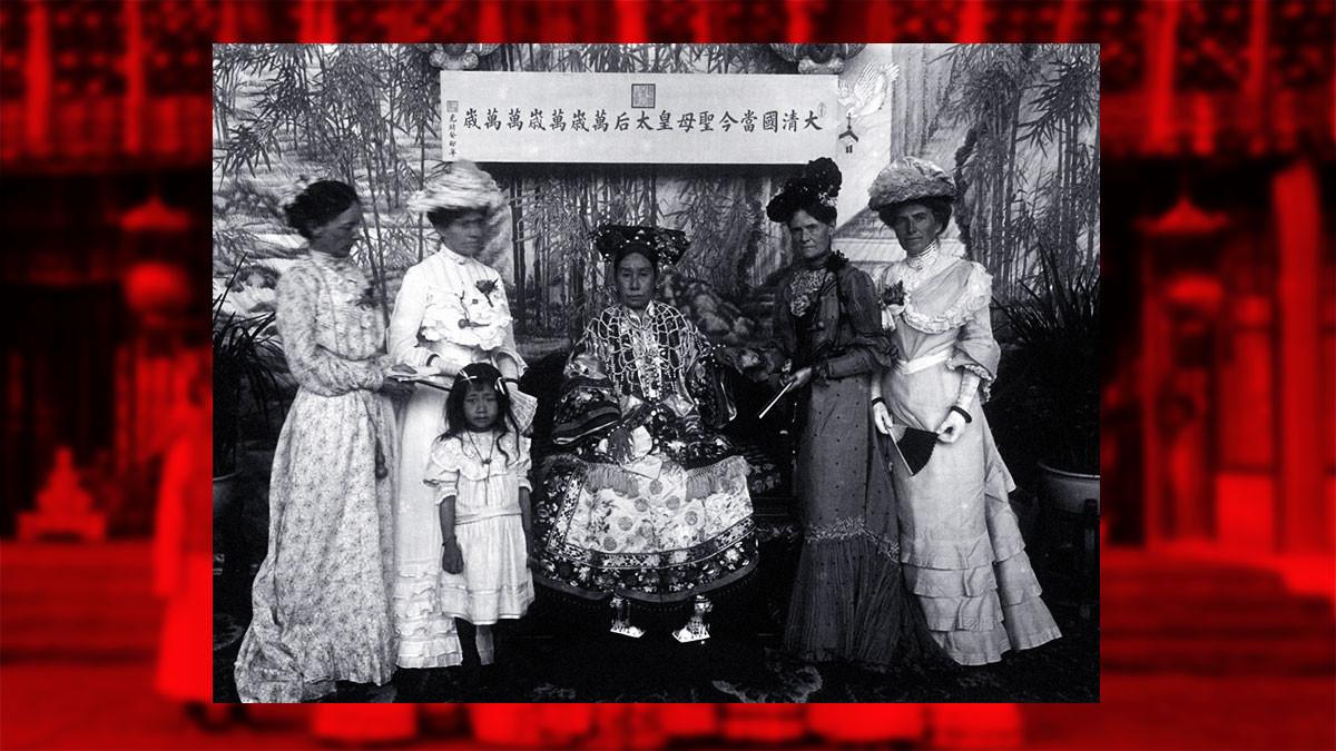 Императрица — вдова Цыси и женщины американского происхождения. Держит её за руку Сара Конгер, жена посла США Эдвина Х. Конгера. Фото © Wikipedia