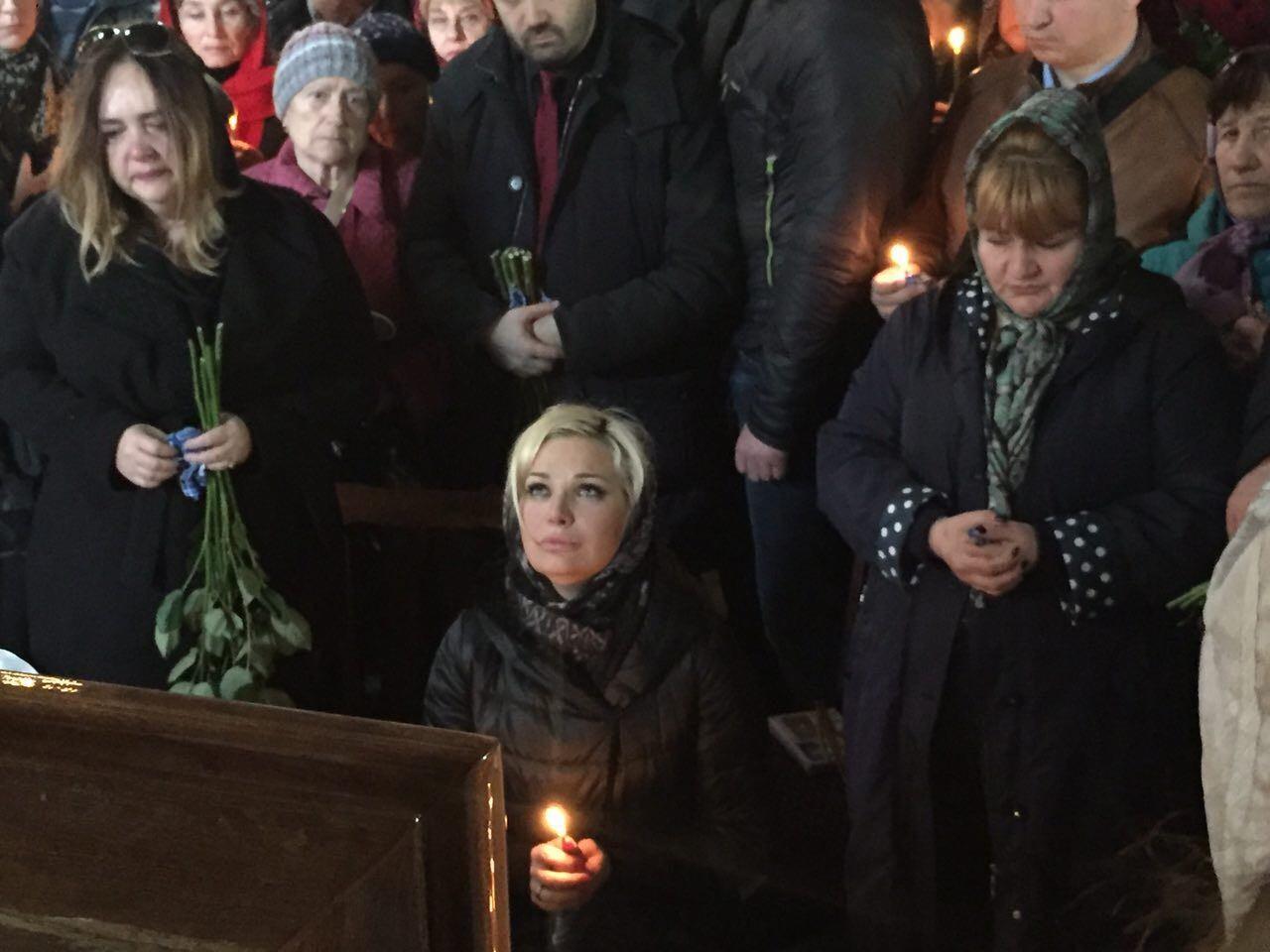 Мария Максакова встала на колени у гроба Фото: LIFE