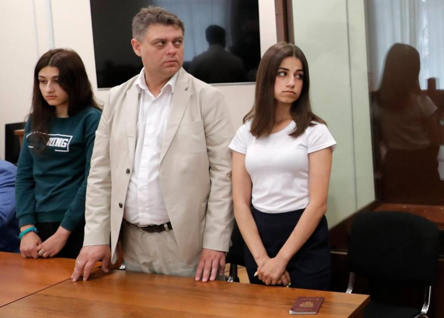 <p>Сёстры Хачатурян Ангелина (справа) и Крестина (слева). Фото © ТАСС / Сергей Карпухин</p>