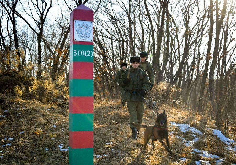 <p>Пограничный наряд со служебной собакой во время дозора. Фото © Юрий Смитюк / ТАСС</p>