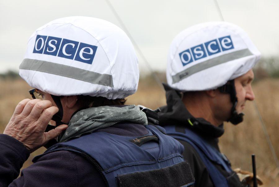<p>Сотрудники ОБСЕ на линии разграничения в Донбассе. Фото © ТАСС / Валентин Спринчак</p>