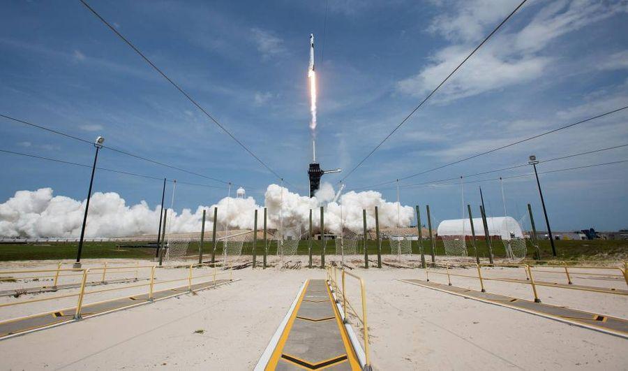 <p>Запуск ракеты-носителя Falcon 9 с первым пилотируемым космическим кораблём Илона Маска Crew Dragon компании SpaceX. Фото © ТАСС / Zuma </p>