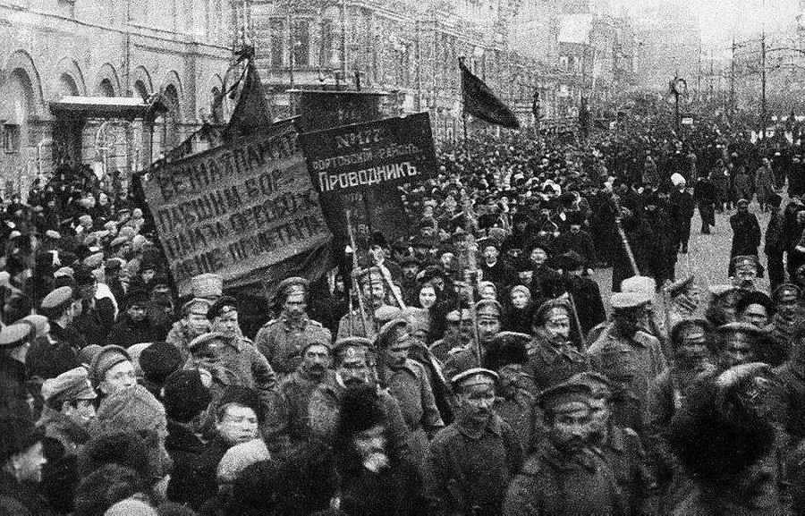 Революционные массы. Фото © ДеньВИстории.рф (DenVIstorii.ru)