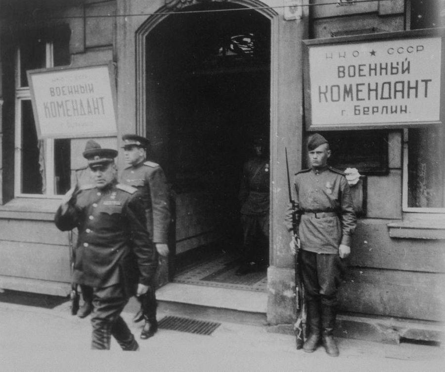 Николай Эрастович Берзарин у советской военной комендатуры во время Второй мировой войны. Фото © ТАСС / Евгений Халдей