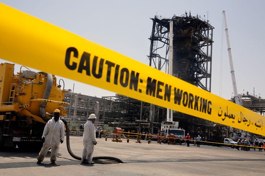 <p>Нефтяное месторождение Хурайс после ракетной атаки. Фото © ТАСС / AP Photo / Amr Nabil</p>