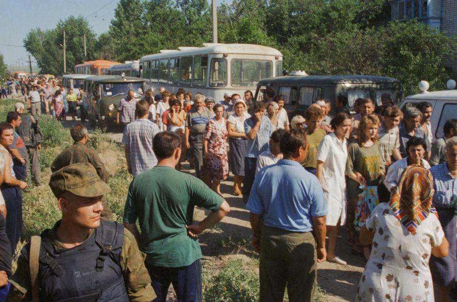 <p>Выход заложников из больницы. Будённовск. 1995 год. Архивное фото. Фото © ТАСС / Величкин Сергей</p>