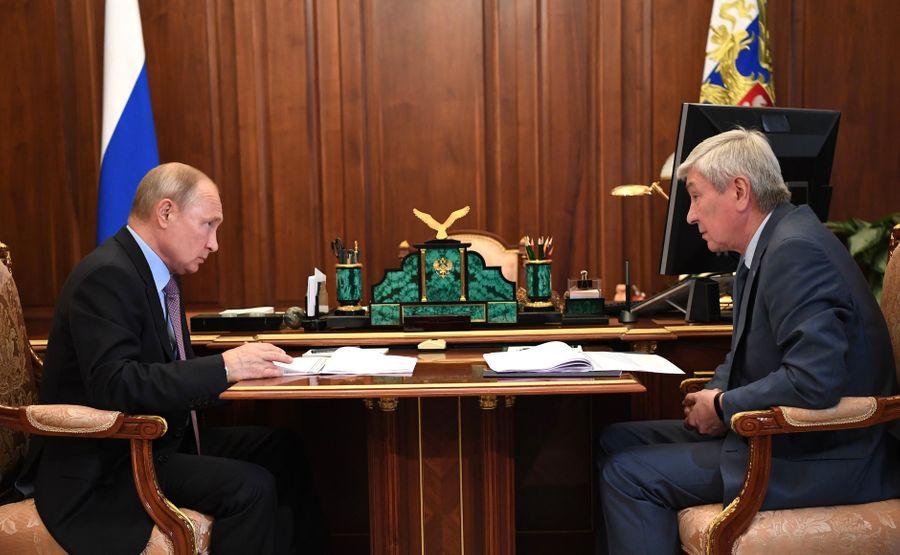 <p>Президент РФ Владимир Путин и глава Росфинмониторинга Юрий Чиханчин. Фото © Kremlin</p>