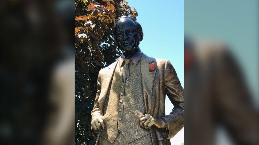 "<p>Фото © <a href=""https://toronto.ctvnews.ca/police-investigating-after-face-of-former-pm-pierre-elliott-trudeau-s-statue-is-painted-black-1.4990324#_gus&_gucid=&_gup=twitter&_gsc=8egvv6V"" target=""_blank"" rel=""noopener noreferrer"">CTVNews</a></p>"