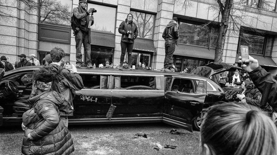 Лимузин, разбитый протестующими в день инаугурации президента США Дональда Трампа. Вашингтон, 20 января 2017 года. Фото © Flickr / Mobilus In Mobili