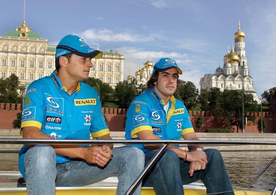 Алонсо (справа) в Москве во время своего первого чемпионского сезона в 2005 году. Фото © ИТАР-ТАСС / Виталий Белоусов