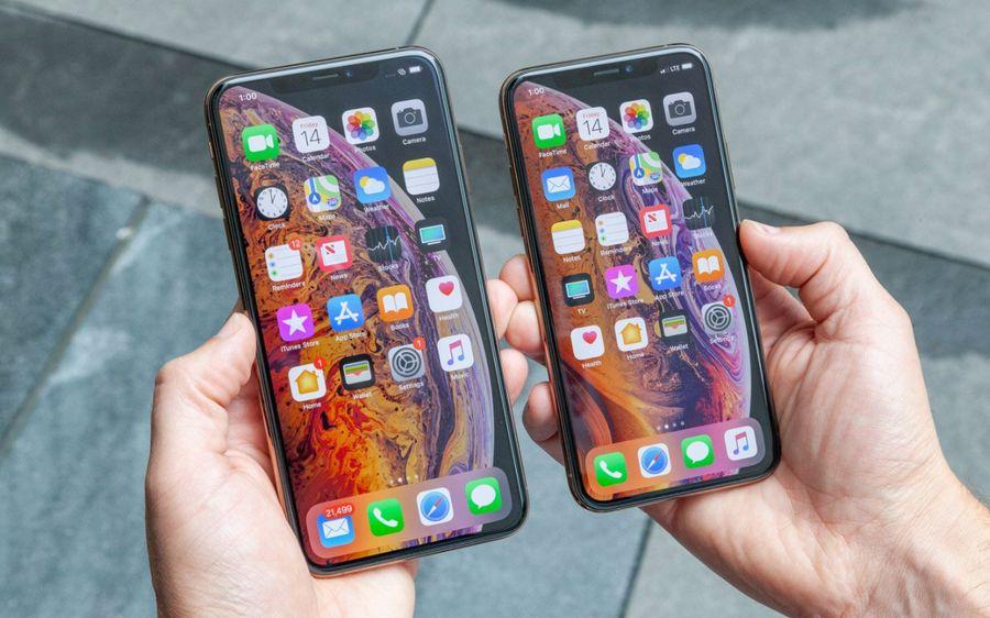Посмотрите на iPhone XS. Вырез под камеру полностью слился с экраном. Потому что здесь стоит OLED-дисплей, чёрный цвет более глубокий, и экран сливается с рамкой, даже будучи включённым. Фото ©Twitter / tomsguide