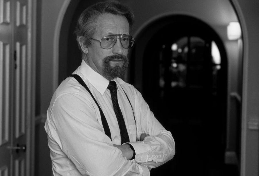 Гордиевский в парике и накладной бороде в отеле Лондона. Фото © David Levenson/Getty Images