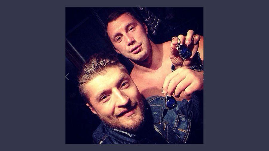 """Директор реабилитационного центра Спиридонов (справа) сам недавно лечился от наркозависимости. В руке у него знак NA — """"Анонимные наркоманы"""". Фото ©vk.com / Mikhail Shulitsky"""