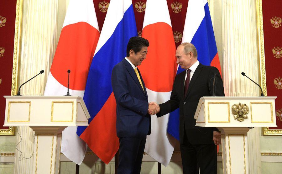"<p>Премьер-министр Японии Синдзо Абэ и президент России Владимир Путин. Фото © <a href=""http://kremlin.ru/events/president/news/59713/photos/57546"" target=""_blank"" rel=""noopener noreferrer"">Kremlin.ru</a></p>"