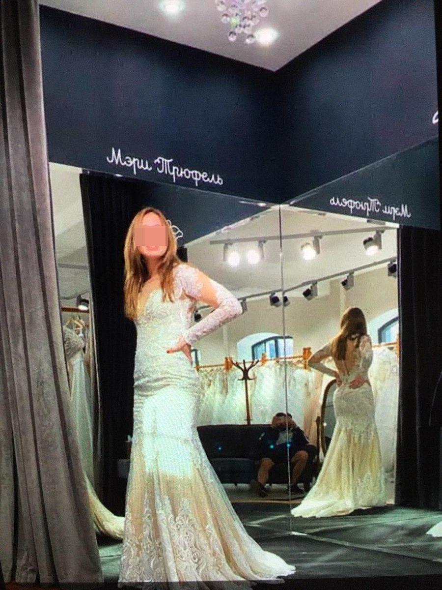 Марина Панкратова примеряет свадебное платье. Фото © LIFE SHOT