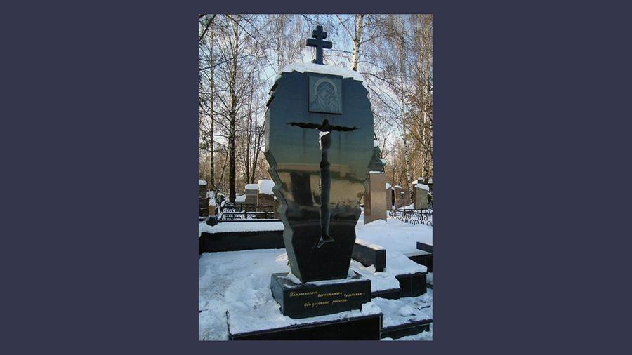 """На скромном надгробии Сильвестра изображение Богородицы, а внизу эпитафия: """"Поторопитесь восхищаться человеком, ибо упустите радость"""".  Фото ©Mzk1.ru"""
