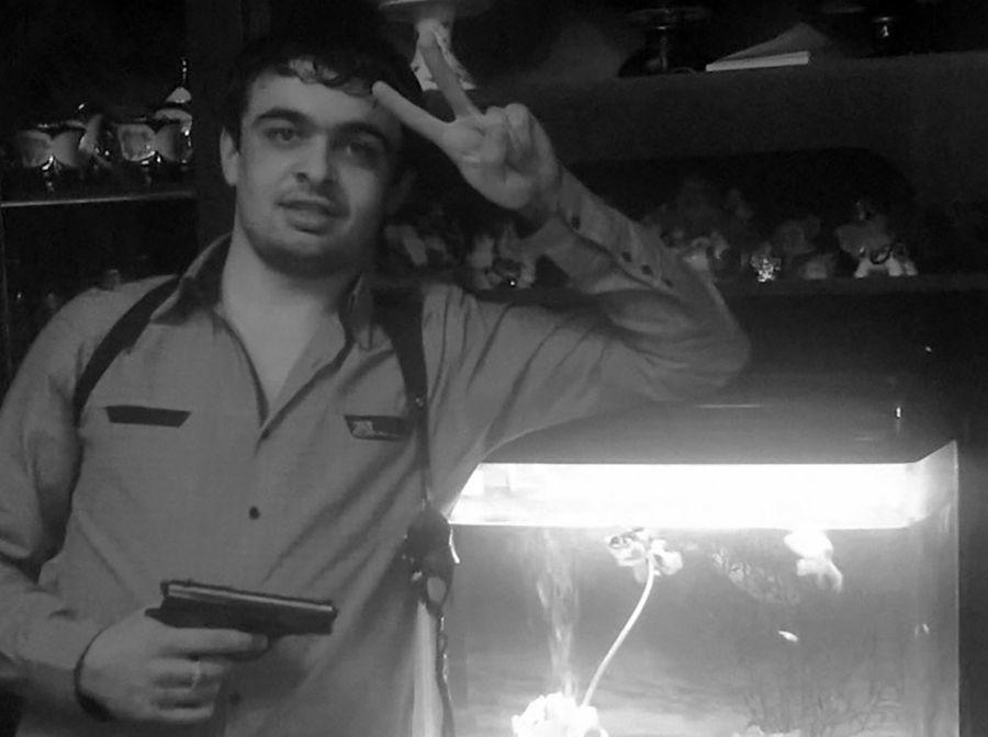 Виновник смертельного ДТП Рупа Гоман в молодости любил фото с оружием. Фото © VK / Rupa Goman
