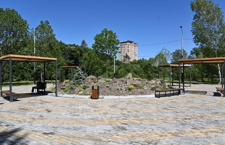Лавочки в новом сквере. Фото © Пресс-служба Правительства Хабаровского края
