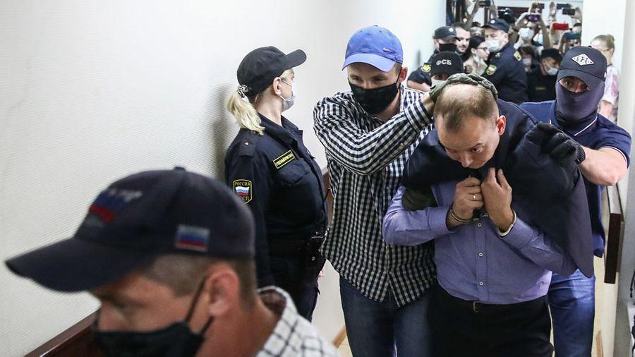 Ивана Сафронова ведут в суд. Фото © ТАСС / Шарифулин Валерий