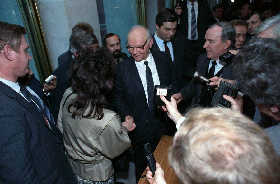 Крючков даёт интервью на Съезде народных депутатов СССР 1 декабря 1990года. Фото © Wikipedia